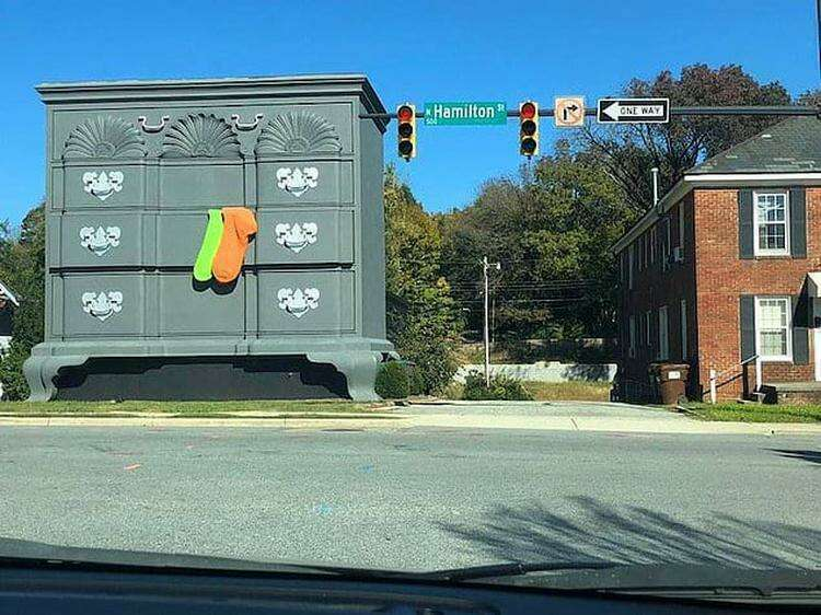 Чтобы прохожие точно не сомневались, что это здание - комод, владельцы добавили огромные носки