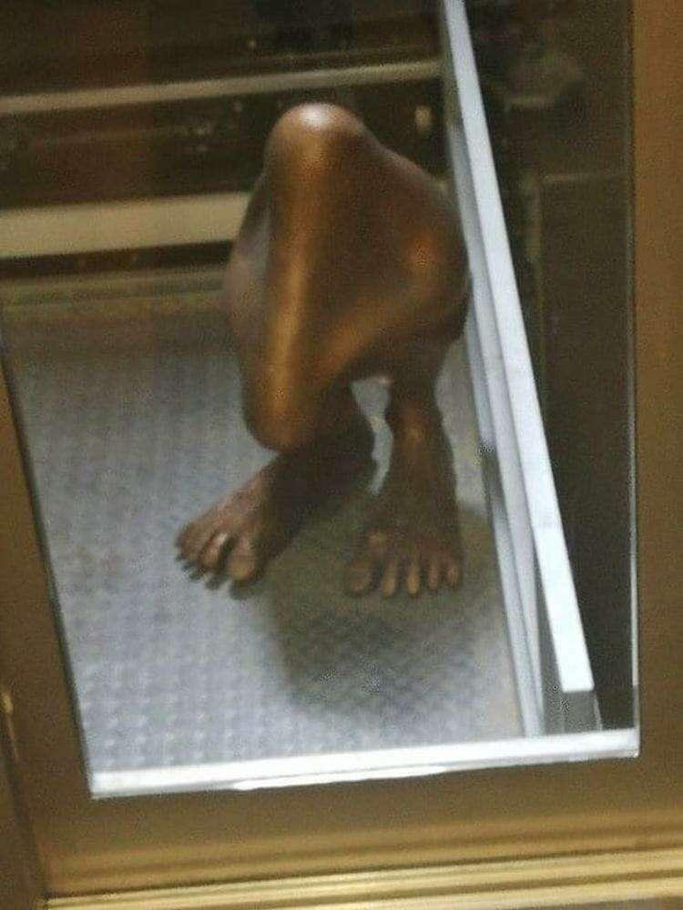 Статуя носа, которая стоит на ногах? 🤔