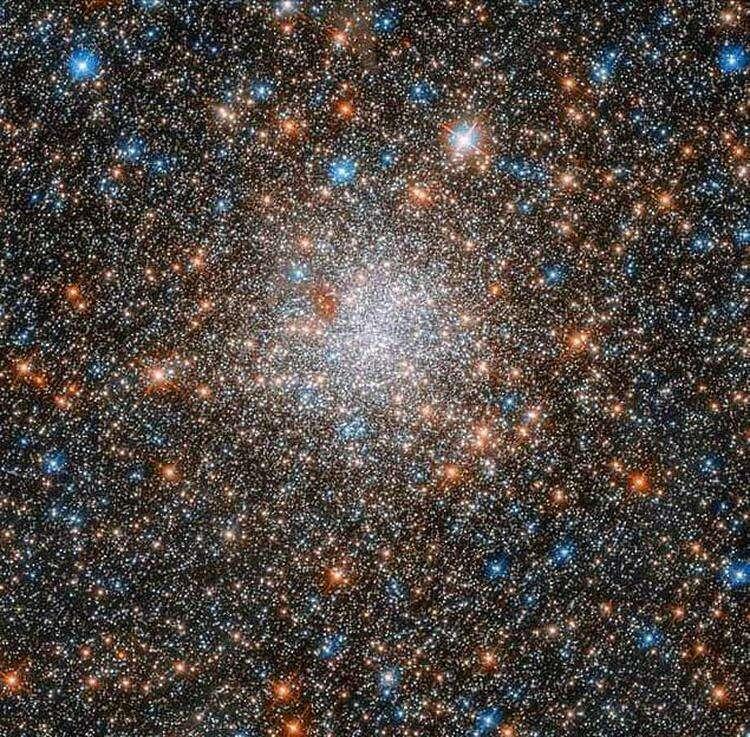 """Имя этой галактики """"Большое Магелланово Облако"""", и это одна из ближайших соседок нашей галактики, которая находится на расстоянии 200 000 световых лет от Земли."""