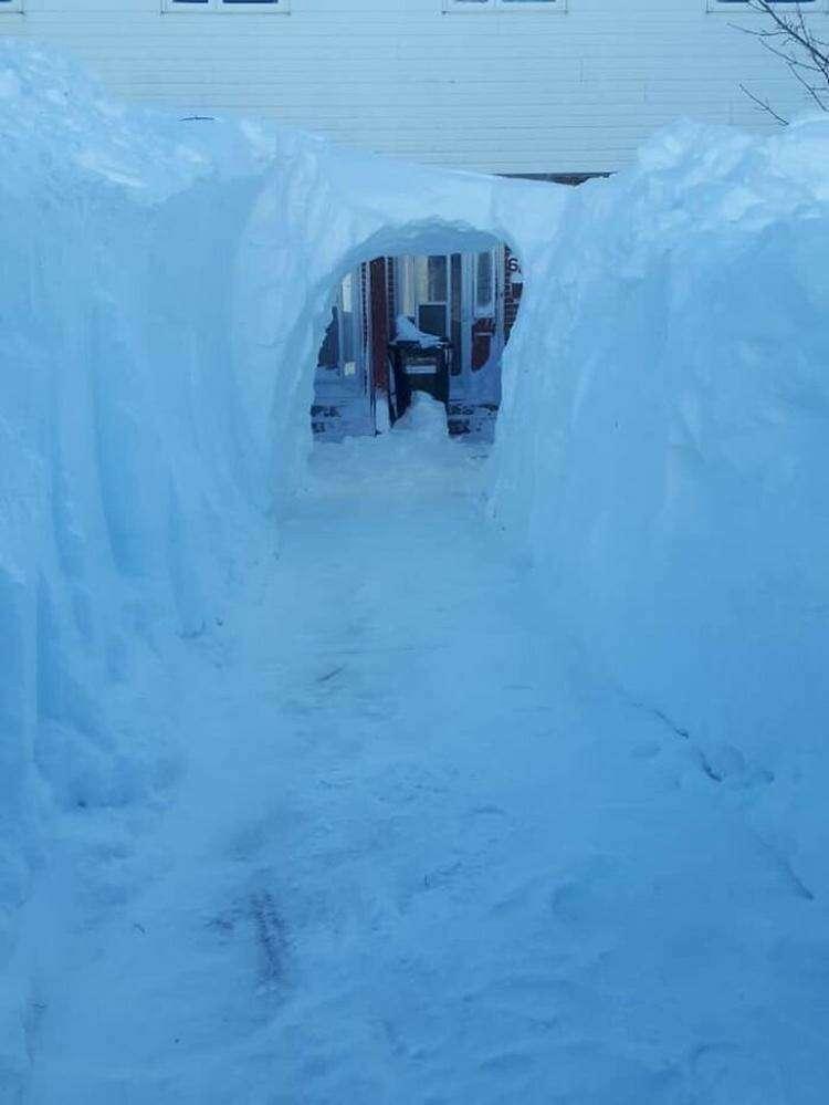 """24. """"Снег достаточно глубокий, если в нем можно прорыть туннель ко входной двери"""""""