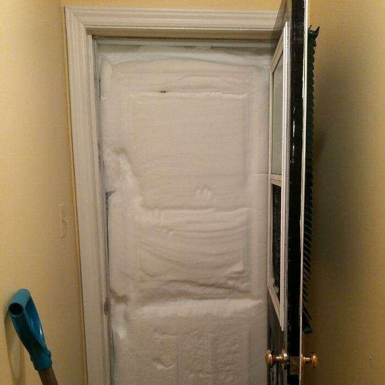 """1. """"Что-то мне уже не смешно. На мою входную дверь намело столько снега, что из-за него зазвонил дверной звонок. Нет, все-таки смешно!"""""""