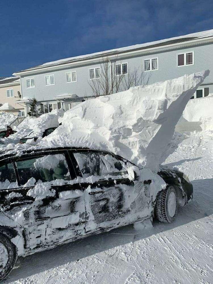 """13. """"Ну все, машину откопали. Осталось только пара движений дворниками, чтобы смахнуть снежок с лобового стекла!"""""""