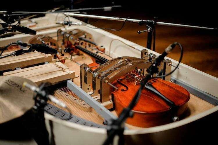 Группа из Украины объединила 20 музыкальных инструментов в одном рояле