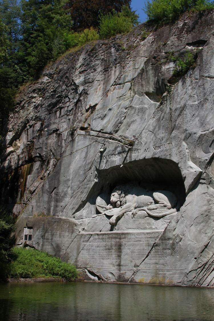 скульптура Умирающий лев