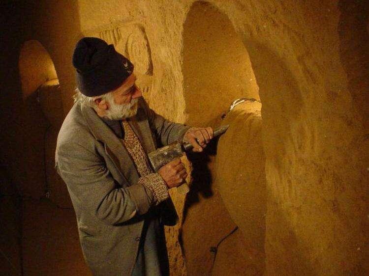 Старик 20 лет строил таинственное подземелье из своих сновидений