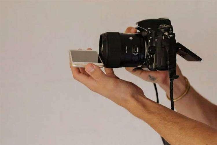 """""""Поместите телефон экраном вверх в горизонтальной плоскости у нижней части объектива фотокамеры"""""""