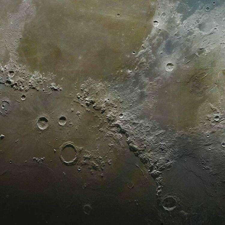 Невероятно детальный снимок Луны, составленный из 100 тысяч фотографий