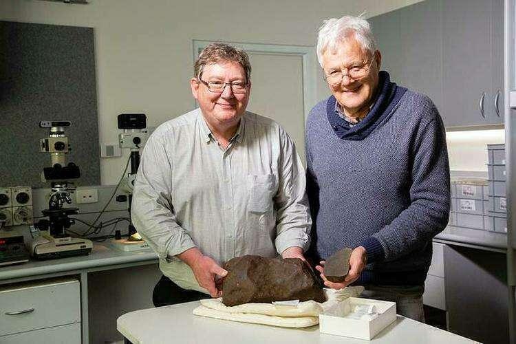 Геологи Дермот Генри и Билл Берч с метеоритом Мэриборо. https://www.ridus.ru