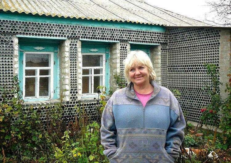 Женщина нашла оригинальный способ дёшево построить забор и утеплить дом