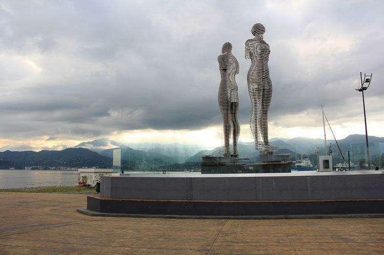 Статуя Али и Нино