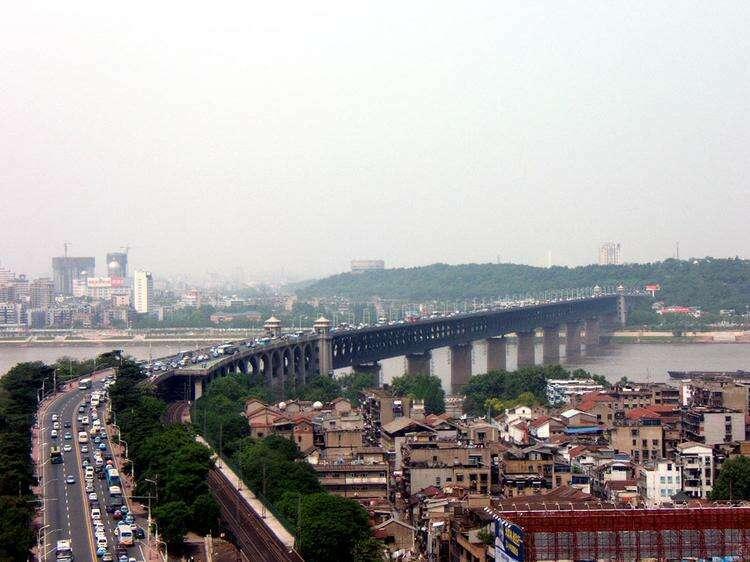 Мост над рекой Янцзы в Ухани