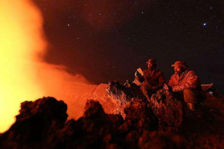 озеро лавы на вершине горы Ньирагонго