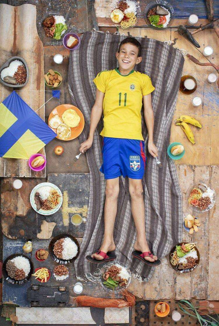 20+ ребят со всего мира сфотографировались с продуктами, которые они съедают за одну неделю