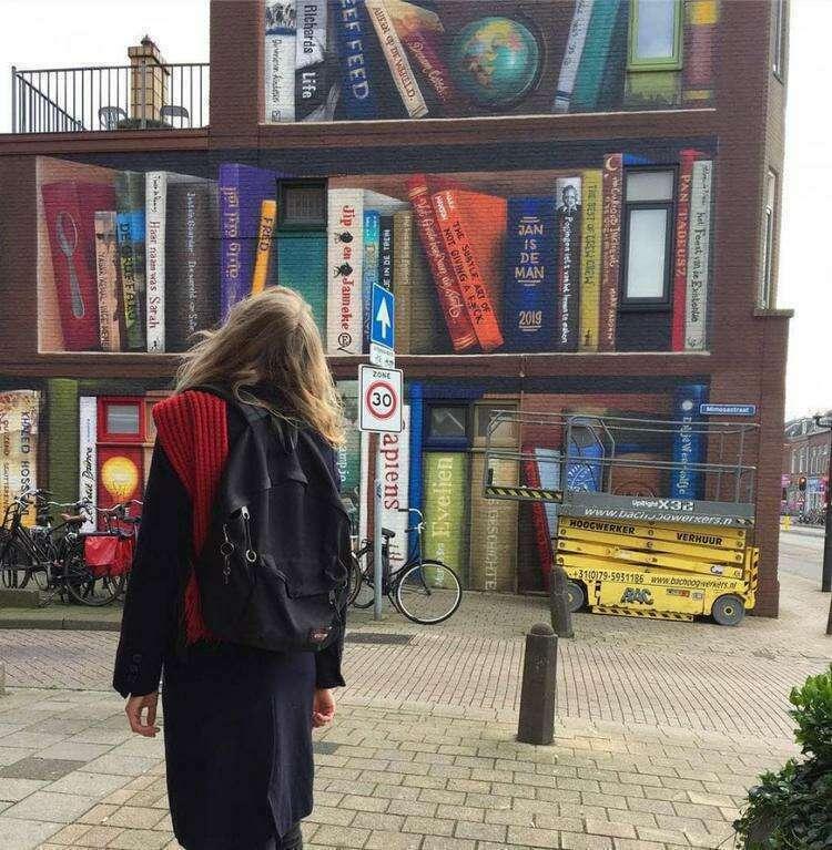 Двое художников из Нидерландов преобразили скучную кирпичную стену, но свой след оставили и жители