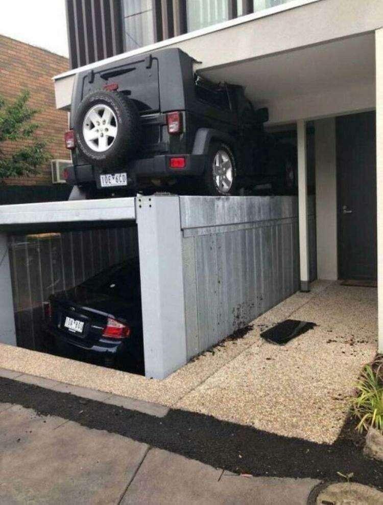 Когда случайно закрывался на крыше подъемного гаража