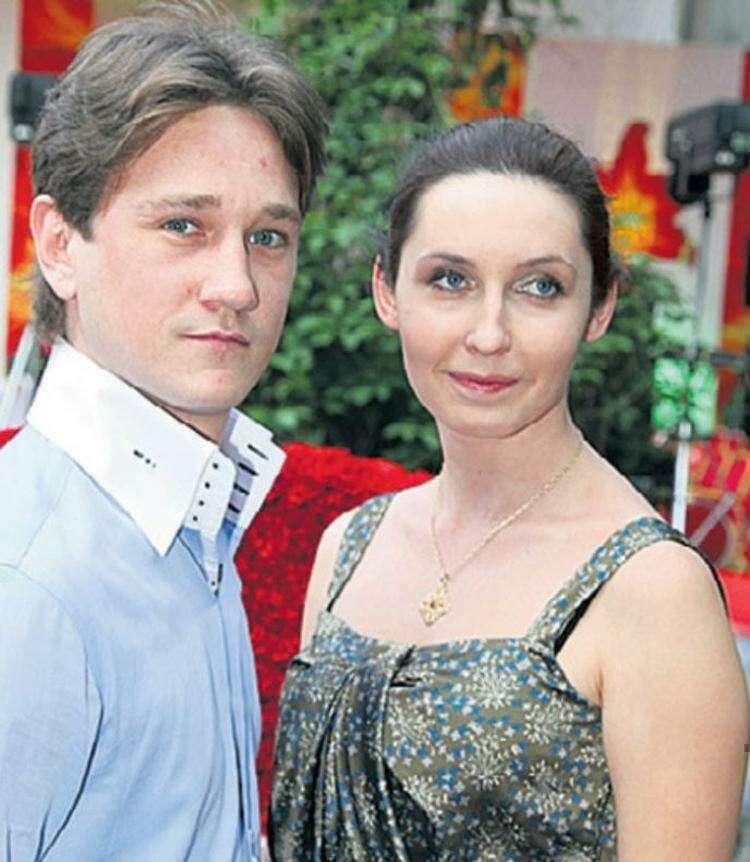 Тяжёлое детство актёра Антона Шагина и долгий счастливый брак. Как выглядит его жена