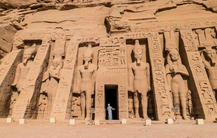 Человек и египетские статуи