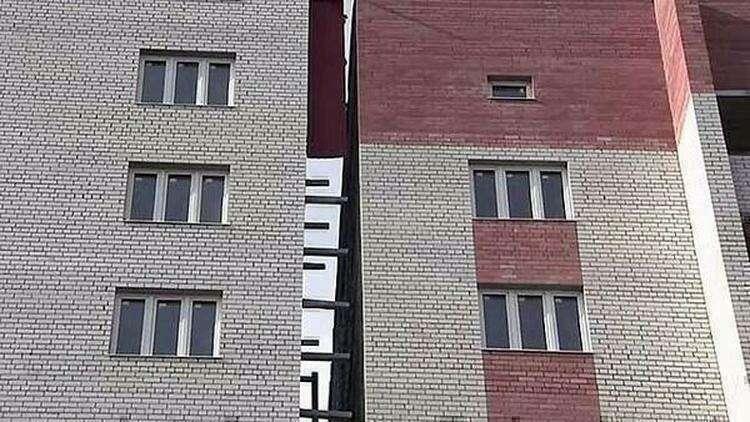 13. В Тюмени покосилась 14-этажка