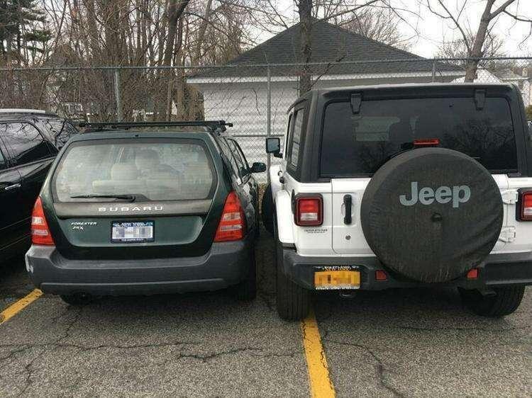 """3. """"Водитель на джипе думал, что неправильная парковка помешает кому-то парковаться рядом с ним. Весело ему будет возвращаться в машину!"""""""