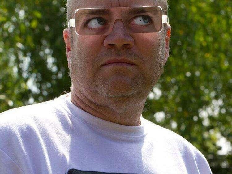 9. Во время посещения некоторых зоопарков посетителям выдают вот такие смешные очки. Они имитируют взгляд в сторону. Это нужно, чтобы не провоцировать горилл на агрессивное поведение