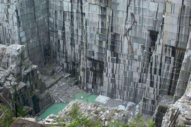 17. В Бразилии добывают декоративные камни, разрезая скалы